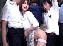 満員バスで男子学生2人を痴女る巨乳のドスケベ人妻!ダブル素股でビクビク痙攣イキ!ディープスロートでザーメンごっくん!篠田ゆう