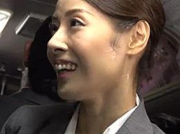 バスの中で若いイケメンのイタズラに発情した美熟女OLが汗だく激痙攣!森下美緒