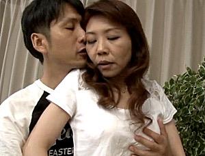パイパン高齢熟女が息子の友人に抱かれ汗だく痙攣イキまくり!牧野紗代