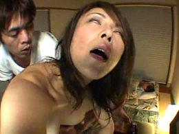 美熟女の継母が息子の同級生達と6P乱交で白目痙攣イキ!夫の側で寝取られヌルテカでイカされまくる!金子リサ