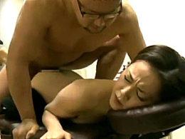 男を見ると下半身が疼き出すドスケベ美熟女が屈強なマッサージ師に突かれガクガク痙攣!寺崎泉