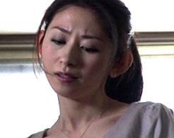 血管の浮き出た白くスレンダーな体を突かれ小顔を真っ赤に染める美熟女!長谷川美紅