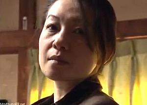 娘婿に押し倒されながら心の片隅で抱かれる事を望んでいた色っぽい義母!大沢萌