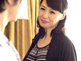 友人の息子を虜にする色っぽい美熟女が硬い上反りチンポで潮吹き痙攣絶叫!安野由美