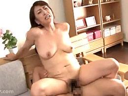 性欲旺盛な母56歳が年頃息子でガクガク痙攣マジイキまくる!近藤郁美