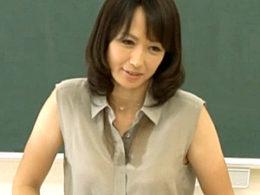 美熟女教師が男子生徒の若いチンポで汗だく潮吹き痙攣イカされまくる!安野由美