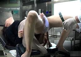 オナニー中毒の女性がオマンコに突っ込んだ異物が抜けず急患に運ばれエビ反り痙攣イキ!