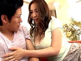 巨乳熟女の母親が息子の同級生の細マッチョに興奮して童貞筆下ろし!若いチンポで突かれビクビク痙攣イキまくり!青山葵