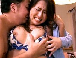 息子の目の前で3P陵辱される母親!イラマ奉仕でパンティを濡らし中出し痙攣!冬木舞