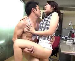 タイトスカートの美脚人妻OLが上司と浮気エッチでヒクヒク痙攣イキ!白川千織