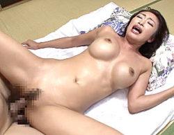 巨乳熟女の家政婦が若い男と汗だくエッチでビクビク痙攣イキ!小早川怜子
