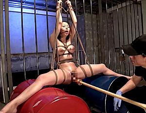 亀甲縛り拘束でバイブ調教されるロケット巨乳女がハメ潮吹き痙攣イカされまくる!伊東真緒・枢木みかん