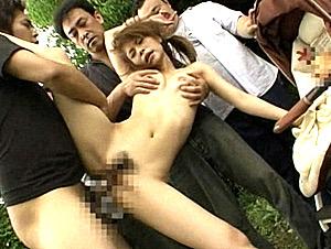 ベビーカーの赤ちゃんの前で集団陵辱され潮吹き連発する若妻!