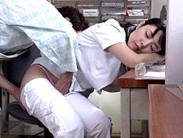 夜勤中に居眠りしていたパイパン看護師が入院患者にイタズラされガクガク痙攣イカされまくる!なごみ