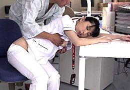 夜勤中に居眠りしていたナースが入院患者に夜這いされハメ潮吹き痙攣イカされまくる!永井みひな