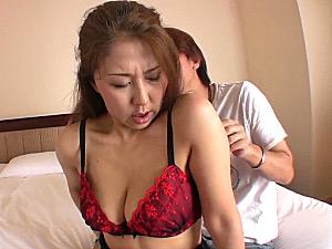 白髪交じりの高齢熟女が若い男と中出しエッチでビクビク痙攣!菊川麻里