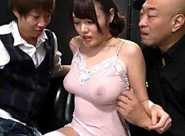 風俗嬢に堕とされ3Pハメ潮吹き痙攣する巨乳若妻!浜崎真緒