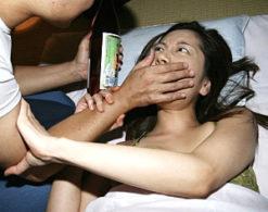 旦那の隣で夜這いされた美人妻がエビ反り痙攣マジイキ!佐伯春菜