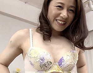 初撮り四十路熟女が肥大した乳首をさらに勃起させてビクビク痙攣イキ!旗野志保