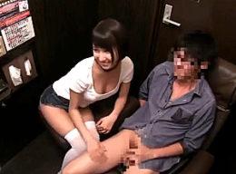 個室ビデオ店のセンズリ客に股がりビクビク痙攣イキする痴女!湊莉久