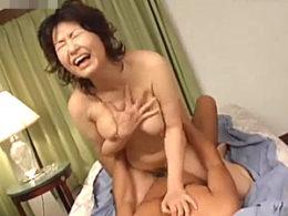 清楚な高齢美熟女が汗だく野獣セックスに失神寸前で激痙攣が止まらない!里中亜矢子