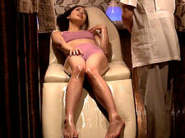 媚薬エステで感度100倍にされた美人妻が大絶叫で大量の噴水潮吹き痙攣イキまくり!