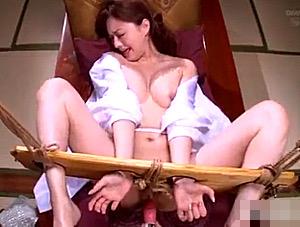 さらし台に固定されモテ遊ばれる美人妻が強制的にビクビク痙攣アクメ!吉沢明歩
