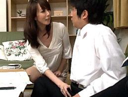 ドスケベ美熟女の母親が息子の同級生を誘惑して学生チンポで大量ハメ潮吹き連続中出しエッチ!澤村レイコ