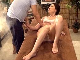 媚薬エステで狂わされた熟女人妻が中出し性交で白目剥きビクビク痙攣絶頂!横山みれい