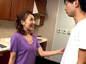 小柄で細身の元ヤン母が思春期の息子に突かれ酒焼け声で痙攣マジイキ!芹沢恋