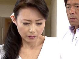 真面目な熟年の専業主婦がヤリチン男と不倫にハマり夫の前で絶叫イキまくり!三浦恵理子