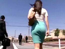挑発的なムチムチタイトスカートOLが路線バスの中で激しい腰振りでガクガク痙攣イキ!春原未来