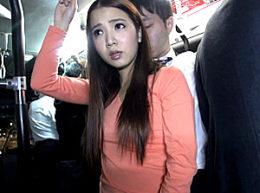 満員電車で若いリーマンを痴女った人妻が何度も大量ハメ潮吹き痙攣!友田彩也香