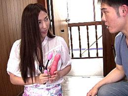 近所の純朴青年を虜にするヤリマン四十路人妻が若いペニスでビクビク痙攣イキまくり!横山みれい