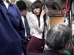 タイトスカートの美人妻が満員バスでリーマンに激しく突かれ快楽堕ちのビクビク痙攣イキ!堀内秋美