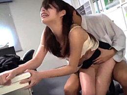 深夜のオフィスで人妻OLが強烈ピストンで陵辱されガクガク激痙攣イカされまくる!工藤まなみ