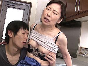 細身の還暦熟女の母親が年頃の息子に突かれビクビク痙攣イキ!秋田富由美