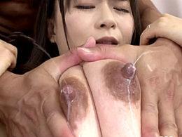 母乳を噴射してマッチョな夫の同僚と不倫する黒乳首の巨乳人妻!羽月希