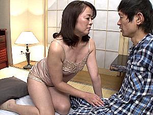 欲求不満のパイパン熟女母が絶倫息子の連続中出しで何度もビクビク痙攣マジイキまくり!栗野葉子