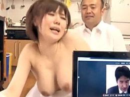 オンライン会議しながら旦那の上司と不倫する巨乳美人妻!森ななこ