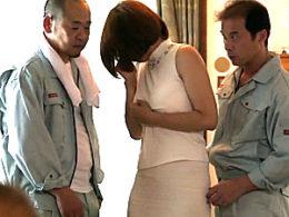 温泉宿で大勢の男達に寝取られ廻されビクビク痙攣イキまくる茶髪巻き髪のエロケバい人妻!