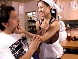 ラーメン屋の美熟女な女将がマッチョな男性客を痴女って中出し痙攣エッチ!萩原亜紀
