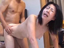 メガネ高齢熟女が中出しされ止まらないガクガク激痙攣!宮下真紀子