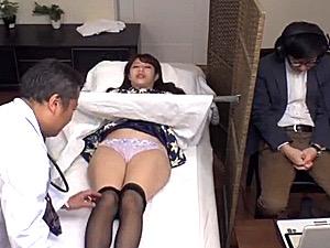 産婦人科医に媚薬を仕込まれた人妻が中出し3Pで潮吹き激痙攣マジイキ連発!永野つかさ