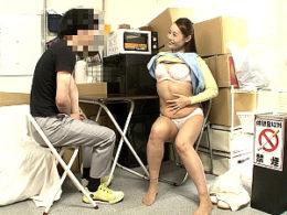 美熟女パート人妻が若い男性バイトを控室で誘惑して中出しHでビクンビクン痙攣マジイキまくり!森下美緒