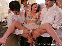 巨乳の長身五十路熟女が男子校生達に集団凌辱され潮吹きビクビク痙攣マジイカされまくる!音羽文子