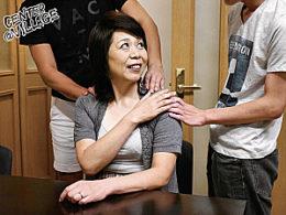 高齢熟女の母親がマジイキ痙攣連発!2人の息子に抱かれ汗だく連続絶頂!野口史恵
