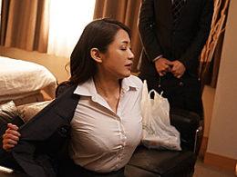 美熟女上司が出張先にホテルで部下に寝取られエビ反り痙攣イキまくり!友田真希