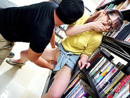 図書館で勉強する真面目なメガネ女子大生が高速手マンされ大量潮吹きお漏らし!
