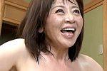 垂れ乳の高齢熟女が大学生と全身汗だくで中出し痙攣アクメ!寺島千鶴